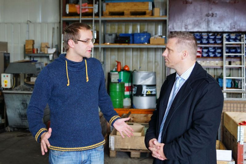 Markus Ernst (links) und der Bürgermeister Sven Hause (rechts) unterhalten sich über die Gegebenheiten in der bisherigen Produktionshalle.