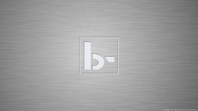 Desktophintergrund, der unser Logo auf gebürstetem Metall zeigt