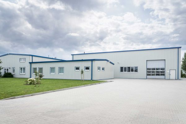 Aussenansicht der Werkshallen der Firma Ernst Engineering GmbH