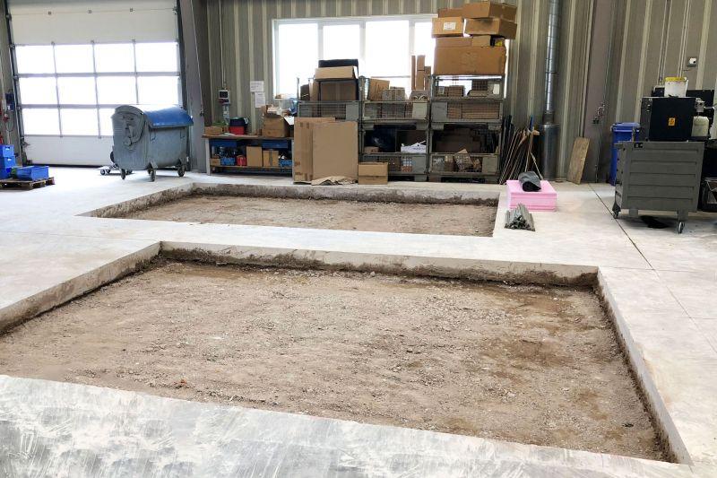 Ausgefrästes Hallenfundament, das zur Vorbereitung für zwei neue Maschinen verstärkt werden soll