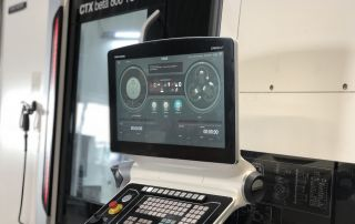 Bedienfeld der CNC-Maschine DMG Mori CTX beta 800 TC mit CELOS-Steuerung