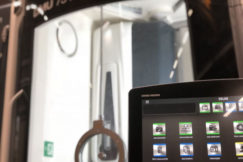 Ausschitt der CELOS App Steuerung vor der CNC-Maschine DMG Mori DMU 75 monoBlock